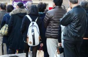 行列に並ぶ人達