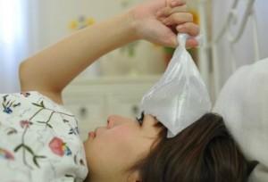 風邪をひいて横になる女性