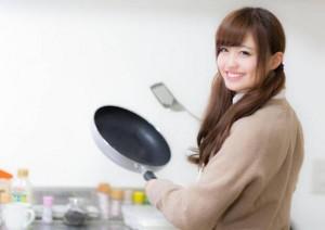 笑顔で料理する女の子