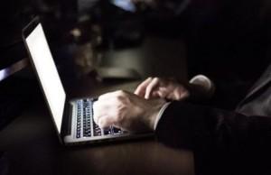 光り輝くノートパソコン