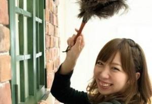 楽しそうに掃除をする女性