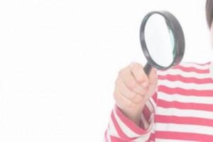 虫眼鏡を覗く少女