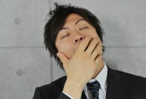 あくびをする男性
