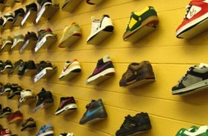 壁にかけられた靴