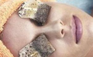 紅茶のティーパックで目のパックをする女性