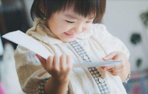 笑顔で絵本を読む少女