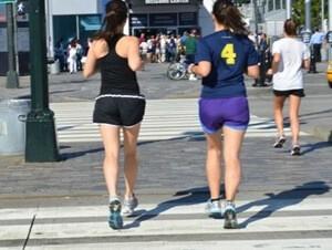 並んで走る二人組の女性