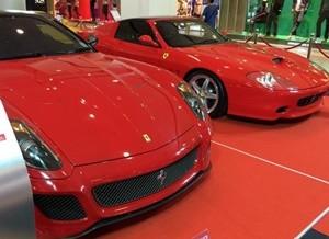 真っ赤な二台のフェラーリ