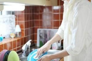 食器洗いをする男性