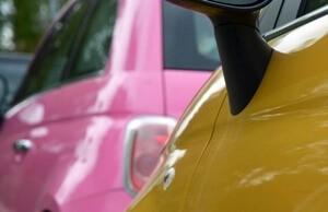 ピンクと黄色の車