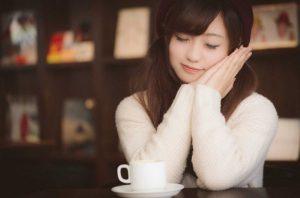 カフェで居眠りする女の子