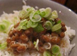 ご飯の上のネギ納豆