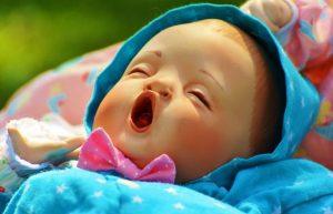 あくびをしている人形