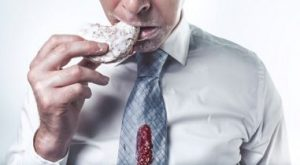 パンを食べる男性