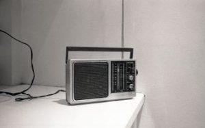小ぶりな昔ながらラジオ