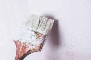 白いペンキを塗る刷毛