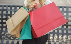 たくさんの買い物袋を持つ女性
