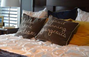 枕の寿命は素材によって様々!健康の為に定期交換が必要