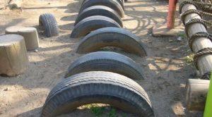 公園に埋まっているタイヤ