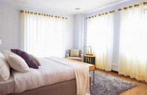 寝室のレースのカーテン