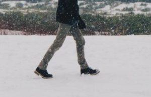 足あとが残る雪上
