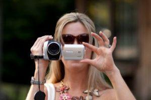 ビデオカメラで録画する女性