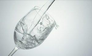 水を注がれるグラス
