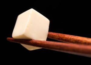 箸で持ち上げた豆腐