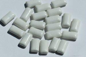 白い粒ガム