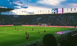 スタンドから眺める外国のサッカー