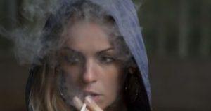 タバコの煙をはく女性