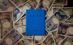 お札の上の青い年金手帳