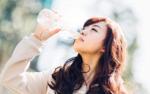 ペットボトルの水を飲む女のこ