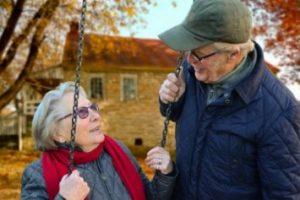 若々しいお年寄りのカップル