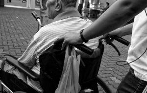 車椅子のお年寄り