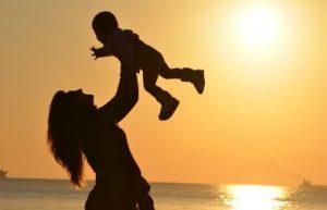 子供を抱き上げる母親