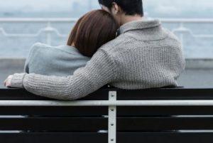肩を寄せ合うカップル
