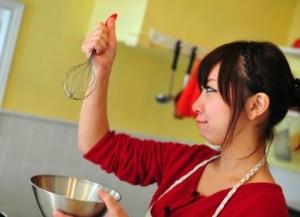 楽しそうに料理をする女性