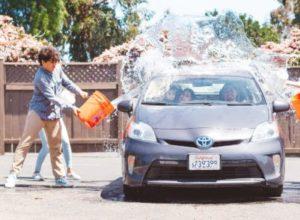 バケツの水で洗車をしている様子