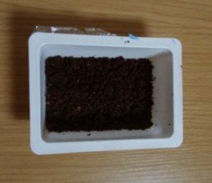豆腐の容器に紅茶の出し殻を入れた消臭剤