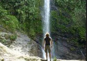滝を眺める男性