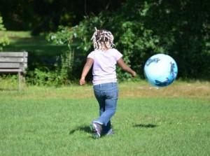 ボール遊びをする子供
