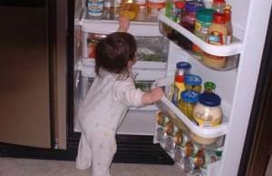 冷蔵庫をあける赤ちゃん
