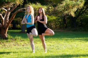片足立ちの二人の女性