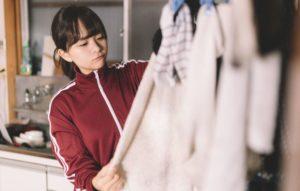 洗濯物の乾き具合を確認する女性