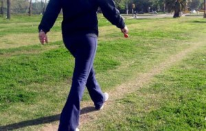 早歩きをする女性