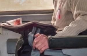 電車の中で新聞を読む人