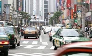 様々な色のタクシー