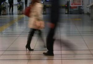 駅構内を歩く人