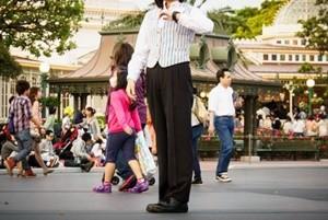 スマートな洋服を着ている女性